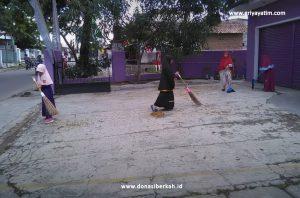 Anak Asuh Aktif Membersihkan Asrama