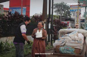 Berbagi Makanan Berbuka untuk Pedagang Asongan dan Pemulung