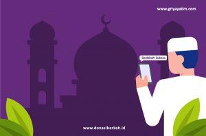 """Kita sudah berada di penghujung terakhir bulan Ramadhan, dan sepuluh hari terakhir merupakan penutup bulan Ramadhan yang penuh berkah. Dalam 10 hari terakhir bulan Ramadhan terdapat malam yang sangat istimewa, yaitu malam Lailatul Qadar. Allah berfirman : """"Sesunguhnya kami telah menurunkanya (Al-Qur'an) pada malam qadr (kemulian) Dan tahukah kamu apakah malam qadr itu? Malam qadr itu lebih baik dari seribu bulan"""". (Q.S al-Qadr: 1-3). Untuk mendapatkan malam penuh keberkahan itu, kita harus bersungguh-sungguh didalamnya. Banyak umat muslim yang beri'tikaf di masjid-masjid untuk menghidupkan malam-malam terakhir bulan Ramadhan dengan qiyamul lail, maupun tilawatil Qur'an. Hal ini merupakan kesungguhan kita untuk menggapai malam Lailatul Qadar yang begitu mulia ini. Diriwayatkan dari Aisyah radhiyallahu 'anha, """"Adalah Rasulullah shallallâhu 'alaihi wa sallam sangat bersungguh-sungguh pada sepuluh malam terakhir, suatu hal yang beliau tidak bersungguh-sungguh (seperti itu) di luar (malam) tersebut."""" (HR. Muslim). Oleh karena itu, sebagai seorang muslim, kita mestinya meniru kesungguhan Rasulullah dalam beribadah pada 10 malam terakhir bulan Ramadhan. Namun dengan keadaan seperti saat ini, dimana wabah virus corona yang masih ada dimana-mana. Kita tidak bisa beri'tikaf di masjid, jadi kita cukupkan dengan memperbanyak amalan dan ibadah kita di rumah saja. Terdapat ibadah yang di anjurkan ketika kita mengejar Lailatul Qadar, Yang pertama adalah Qiyamul Lail. Rasulullah shallallâhu 'alaihi wa sallam bersabda : """"Barangsiapa yang berdiri (untuk mengerjakan shalat) pada lailatul qadr karena keimanan dan hal mengharap pahala, akan diampuni untuknya segala dosanya yang telah berlalu."""" (HR.Bukhari). Setelah itu dilanjutkan dengan membaca Al-Qur'an, membaca Al-Qur'an di waktu malam itu lebih berkesan, Allah berfirman : """"Sungguh, bangun malam itu lebih kuat (mengisi jiwa); dan (bacaan di waktu itu) lebih berkesan"""" (QS. Al-Muzzammil ayat 6). ternyata shalat malam dan dilanjutkan de"""