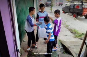 Anak Yatim bersih-bersih lingkungan
