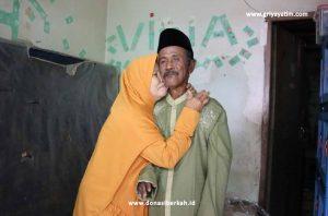 Senyum Kebahagiaan Kakek Sainan dan Istrinya